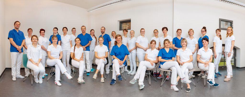 Businessfotograf für Zahnarztpraxis Teamfoto als Panorama