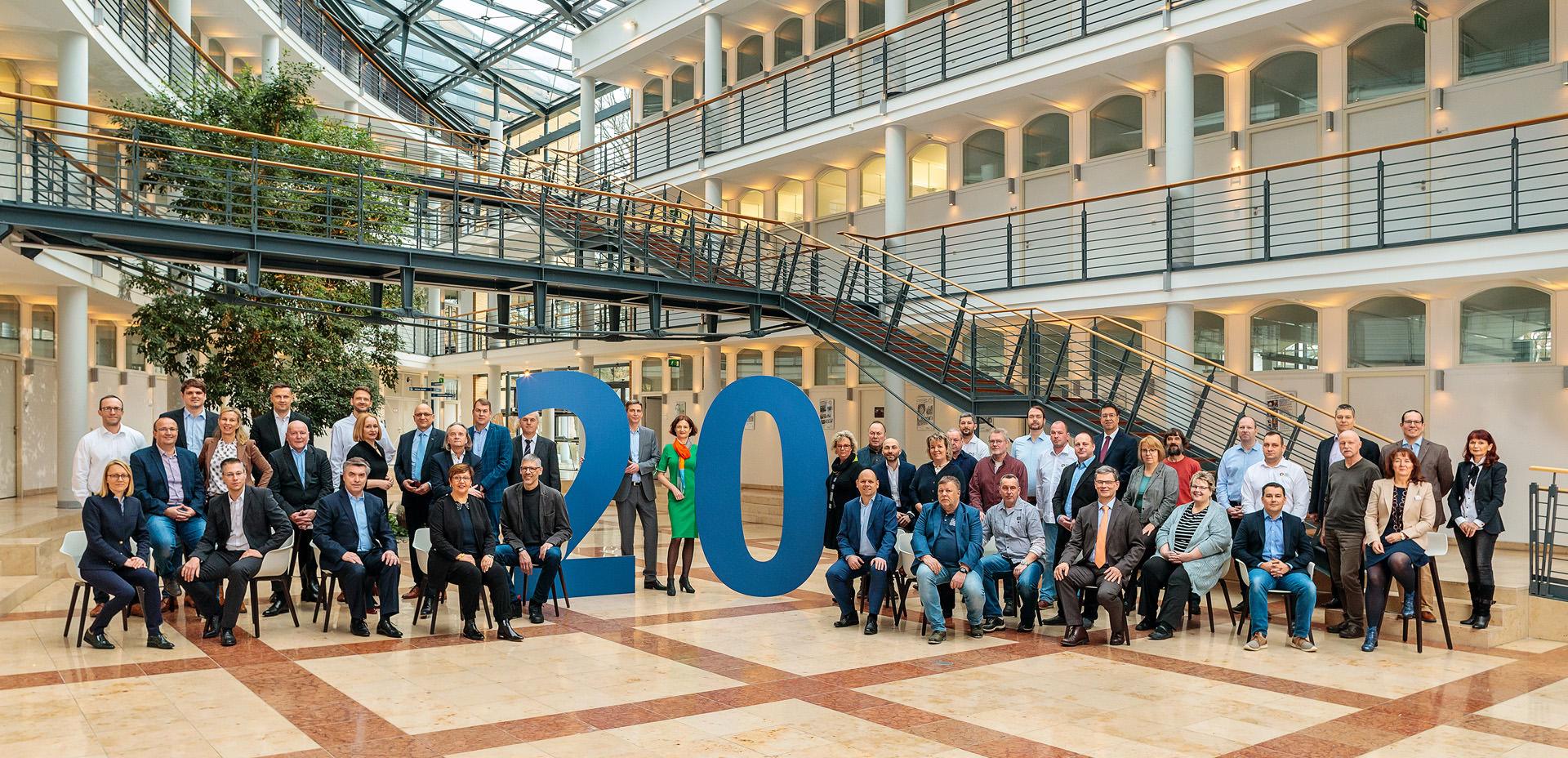 Unternehmensfotograf macht Gruppenfoto alle Führungskräfte eines städtischen Betriebes