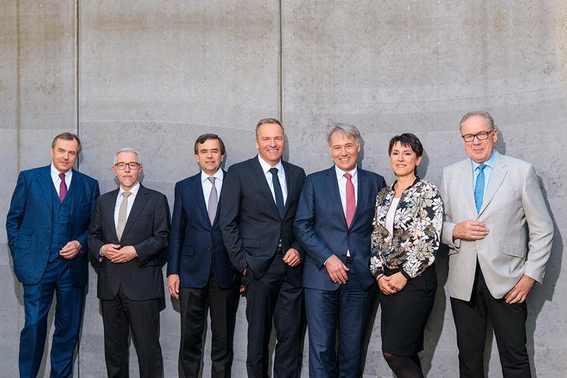 Gruppenbild vom Vorstand unter freiem Himmel mit Sonnenschein