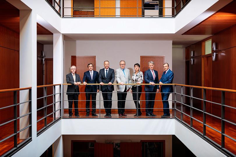 Klassisches Gruppenfoto von Vorstand im Bürogebäude