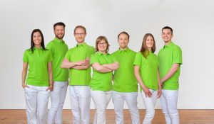 Digitales Gruppenfoto aus Einzelbildern von Praxisteam einer Osteopathie Praxis in Potsdam