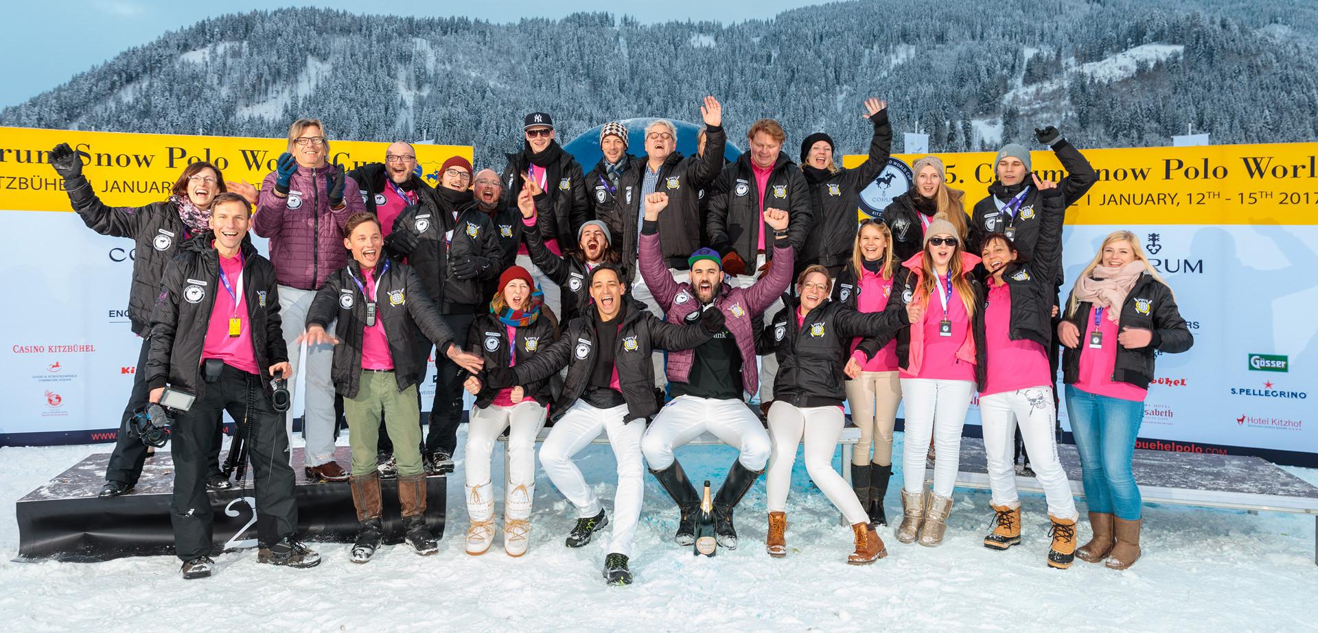 Gruppenfoto von Team auf einer Veranstaltung im Schnee von Kitzbühel