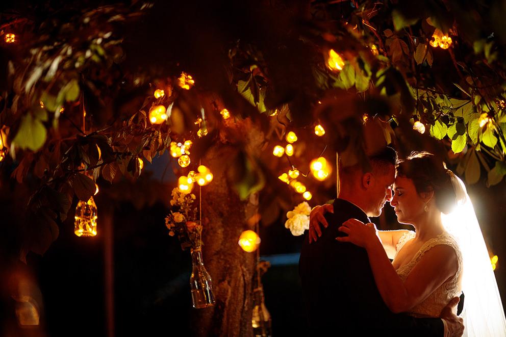 Brautpaar im Abendlicht unter Lampen