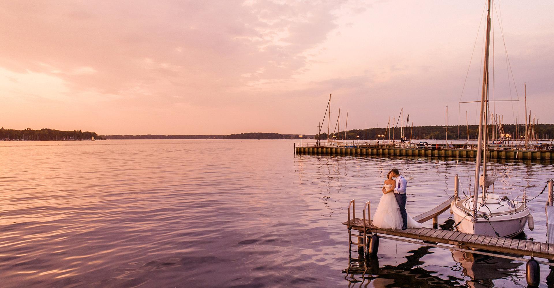 Hochzeitsfoto Berlin Wannsee Brautpaar Sonnenuntergang Steg