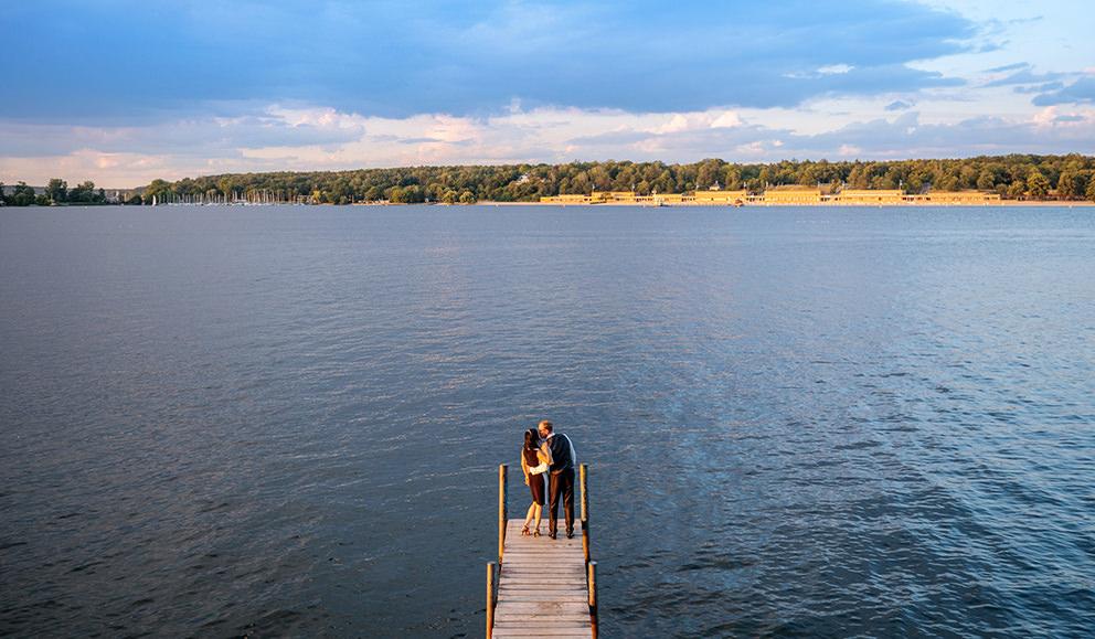 Brautpaar auf Steg zur Havel mit Blick auf das Strandbad Wannsee