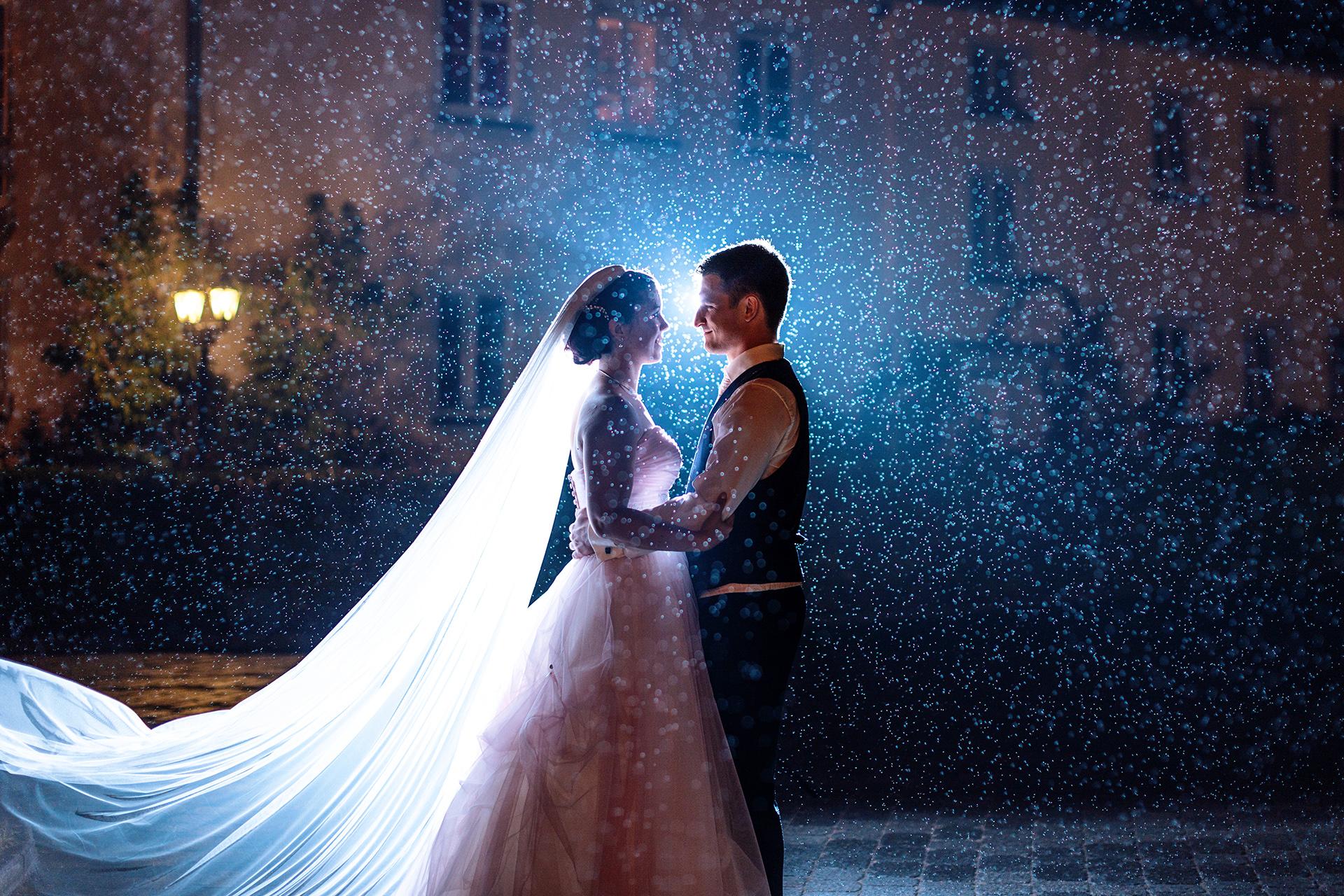 Hochzeitspaar bei Hochzeit im Regen mit schlechtem Wetter