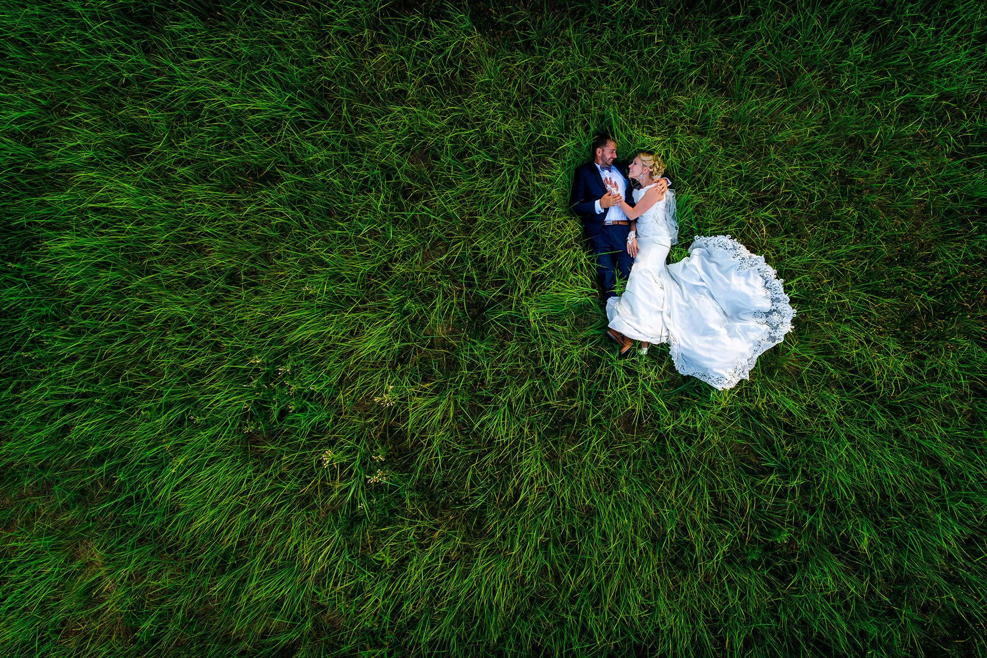 Hochzeitsfoto Drohne Brautpaar liegt im hohen Gras Neschwitz