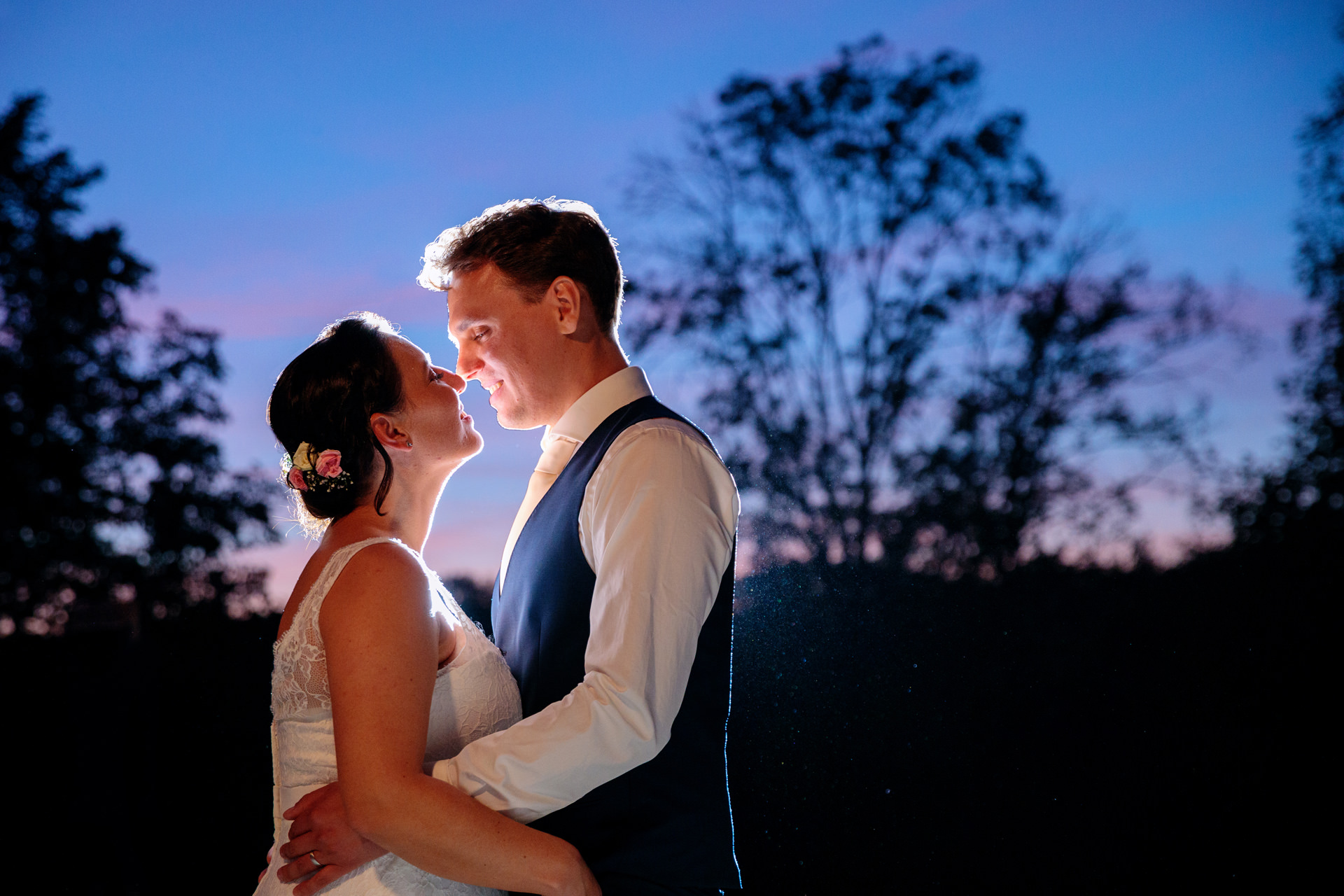 Foto mit einem Brautpaar zur Blauen Stunde auf dem Landgut Stober bei Nauen