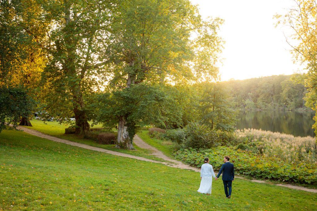 Im Sonnenuntergang schlendert Brautpaar zum See in Behnitz