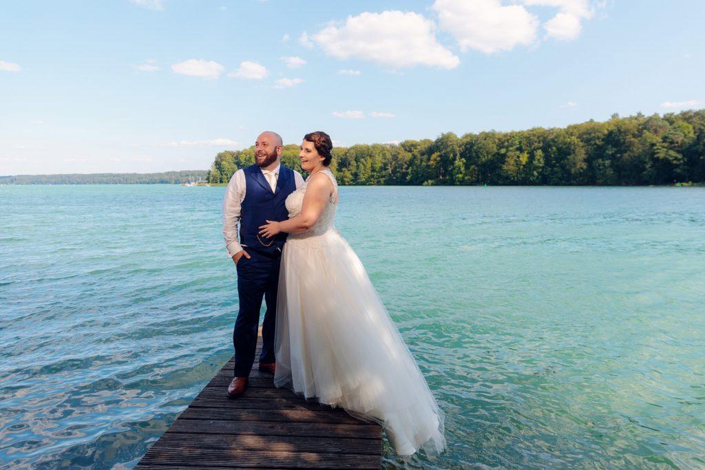 Brautpaar am Steg des Cafés Wildau am Werbellinsee