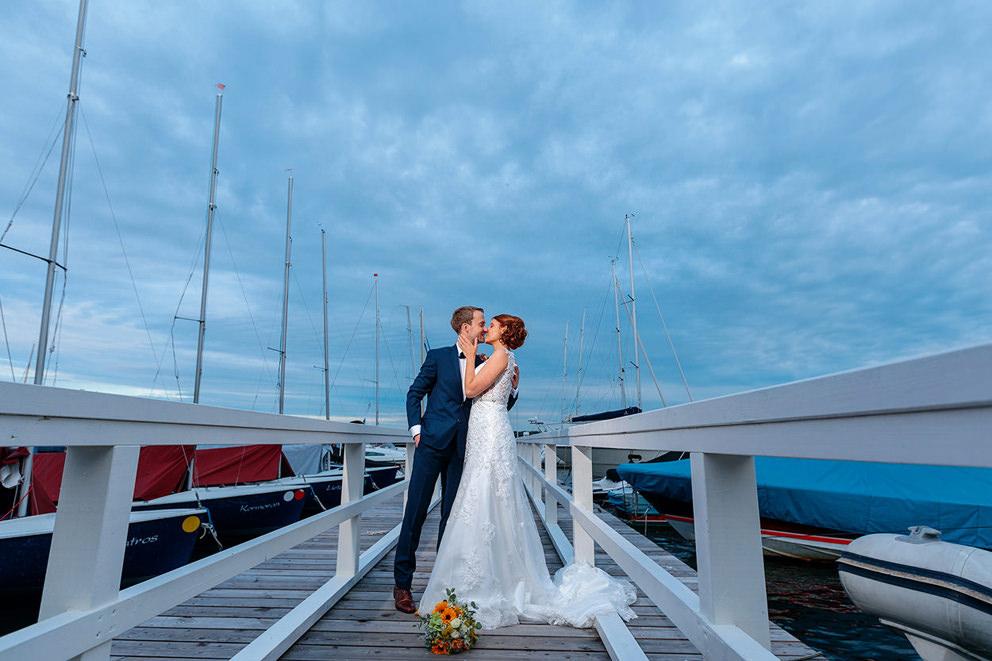 Hochzeitsfotograf im A-Rosa Bad Saarow Scharmützelsee mit Brautpaar im Hafen