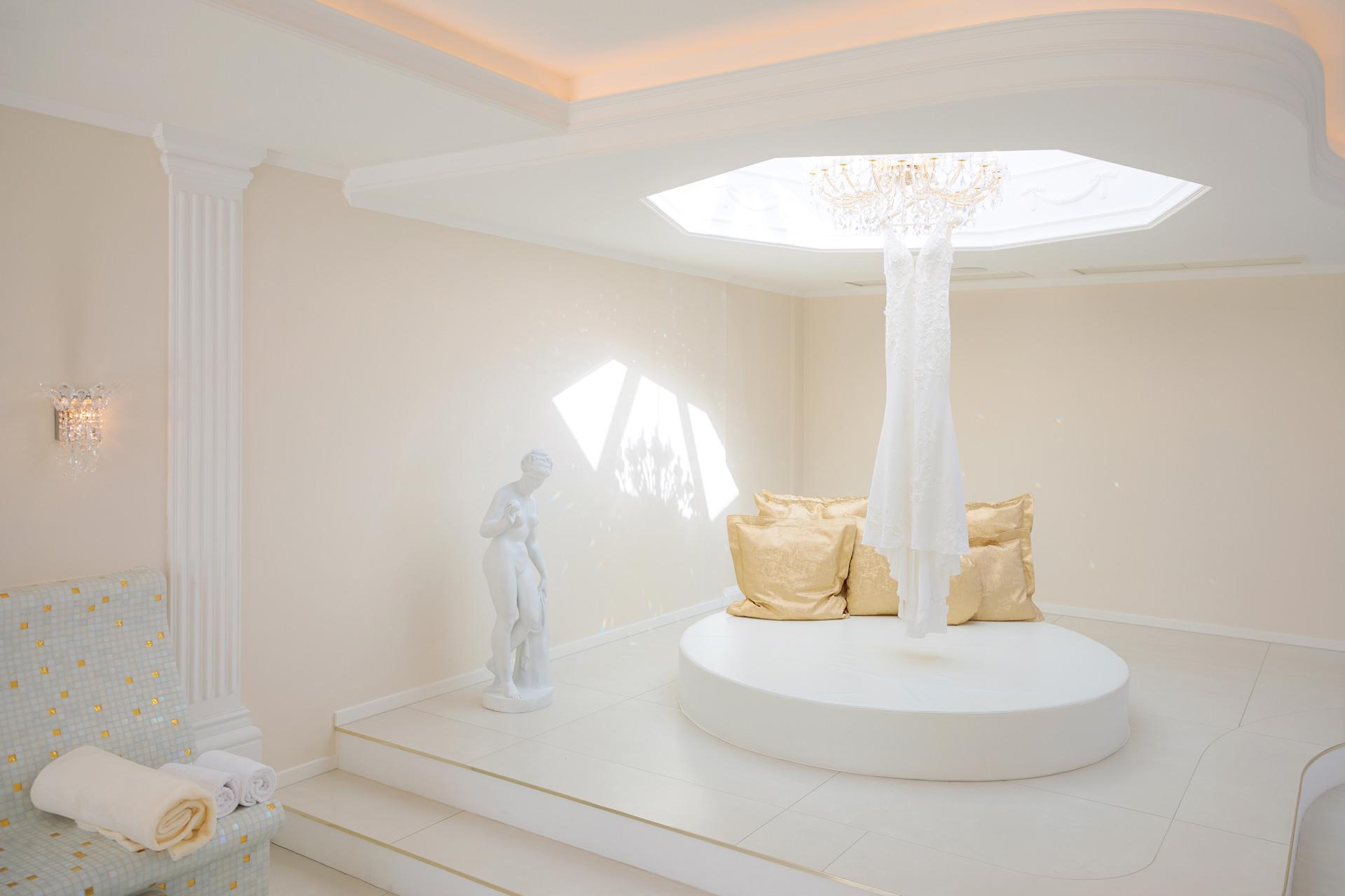 Brautkleid hängt im Spa-Bereich der Villa Contessa in Bad Saarow