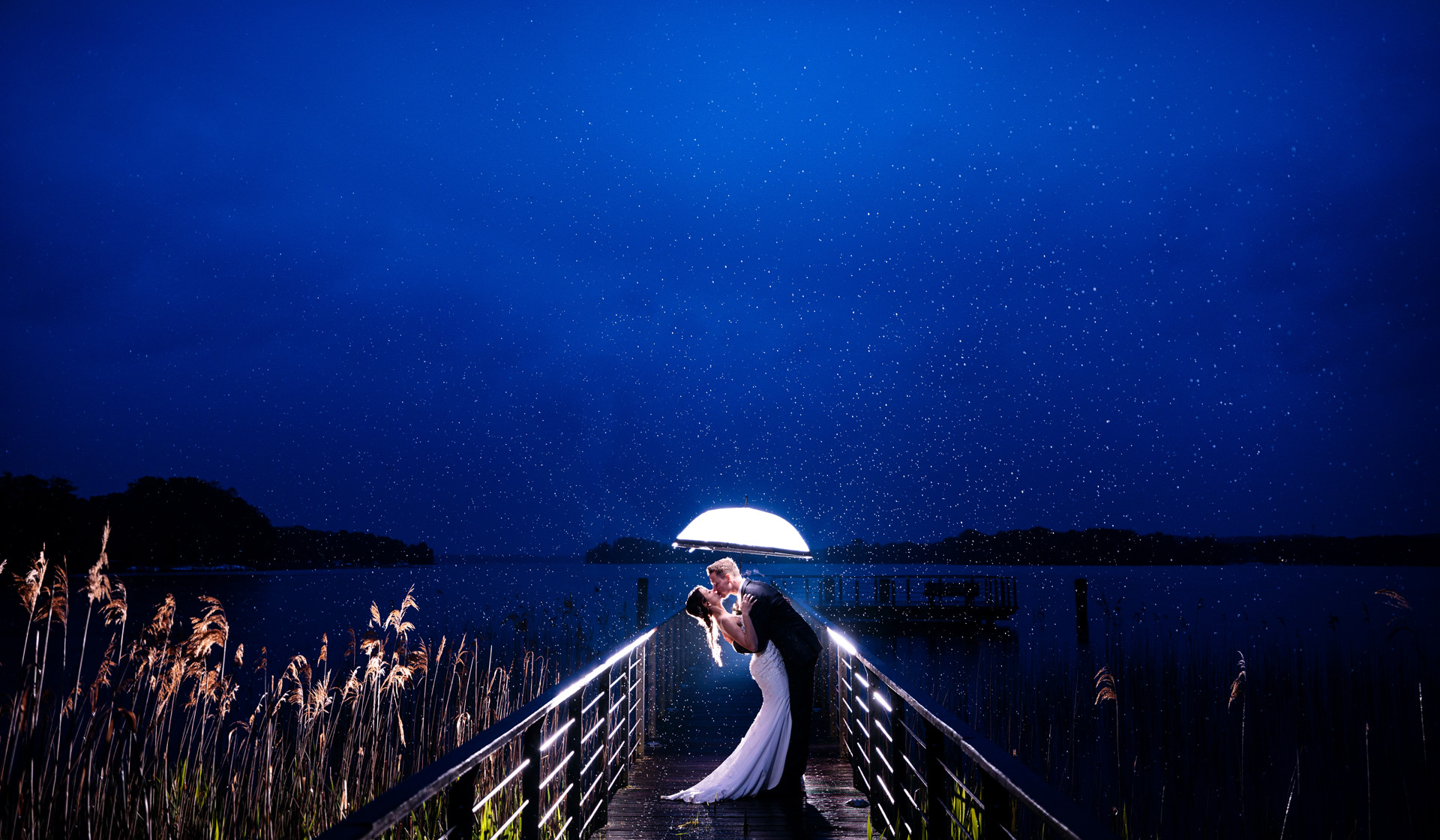 Brautpaar im Regen in Bad Saarow am Steg zum Scharmützelsee