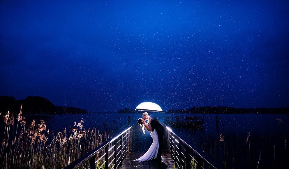 Brautpaar am Abend im Regen in Bad Sarrow