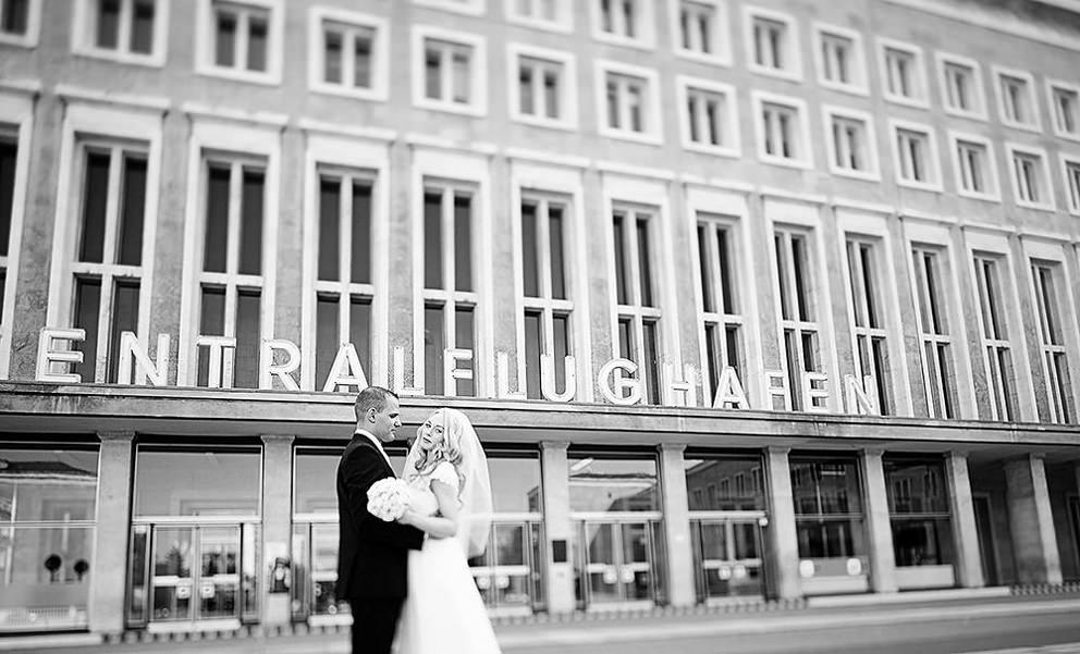 Hochzeitsfotograf Berlin mit Brautpaar vor dem Flughafen Tempelhof