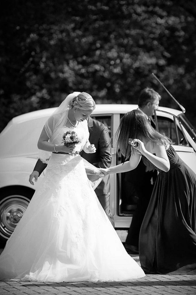 Die Braut kommt an der Kirche Bruder-Klaus in Berlin an