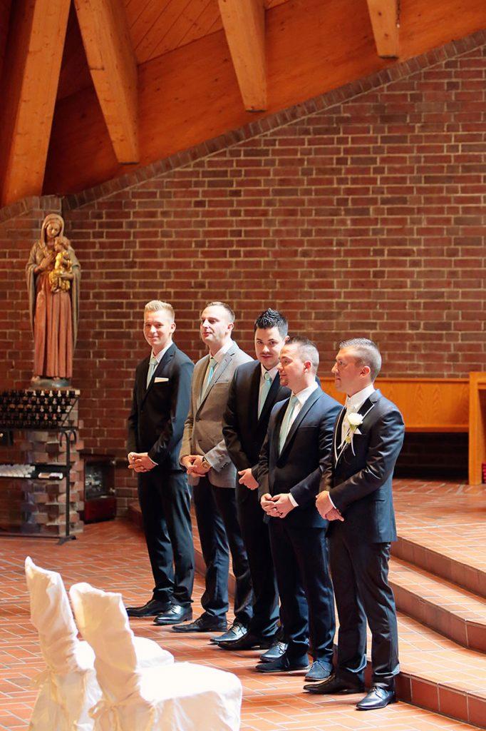 Der Bräutigam wartet mit seinen Freunden auf die Ankunft der Braut in der Kirche Bruder-Klaus Berlin