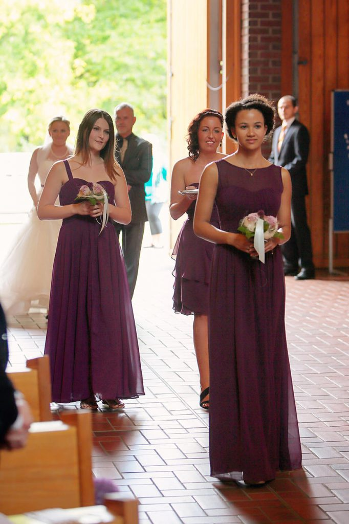 Die Brautjungfern betreten die Kirche Bruder-Klaus, gefolgt von der Braut mit ihrem Vater