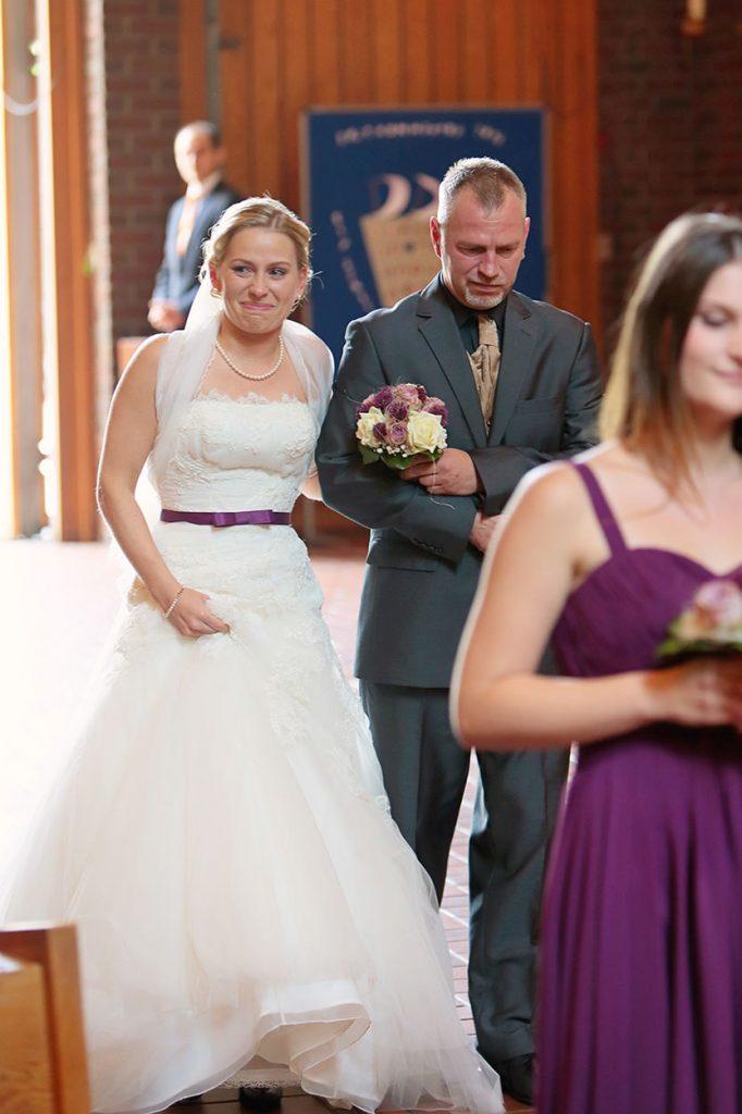 Die Braut und der Brautvater betreten die Kirche Bruder-Klaus in Berlin