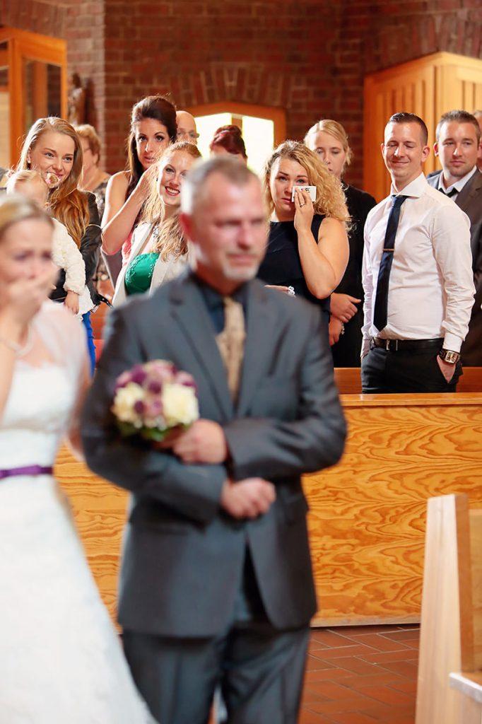 Die Gäste sind ganz emotional während dem Einzug der Braut in die Kirche Bruder-Klaus Berlin