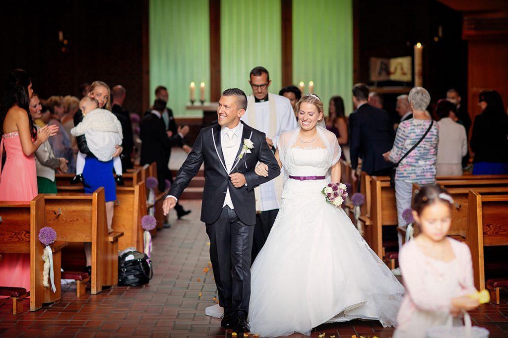 Auszug der Brautpaares aus der Kirche Bruder Klaus Berlin Britz