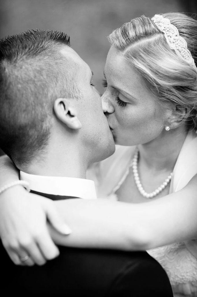 Braut und Bräutigam schenken sich innige Küsse bei den Hochzeitsfotos in Berlin Britzer Garten mit Schloss und Standesamt Neukölln