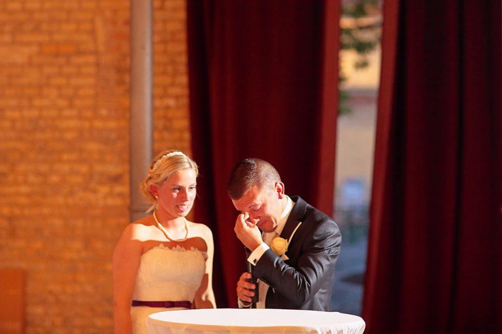 Das Brautpaar ist zu Tränen gerührt während der Hochzeitsfeier in Berlin Britzer Garten