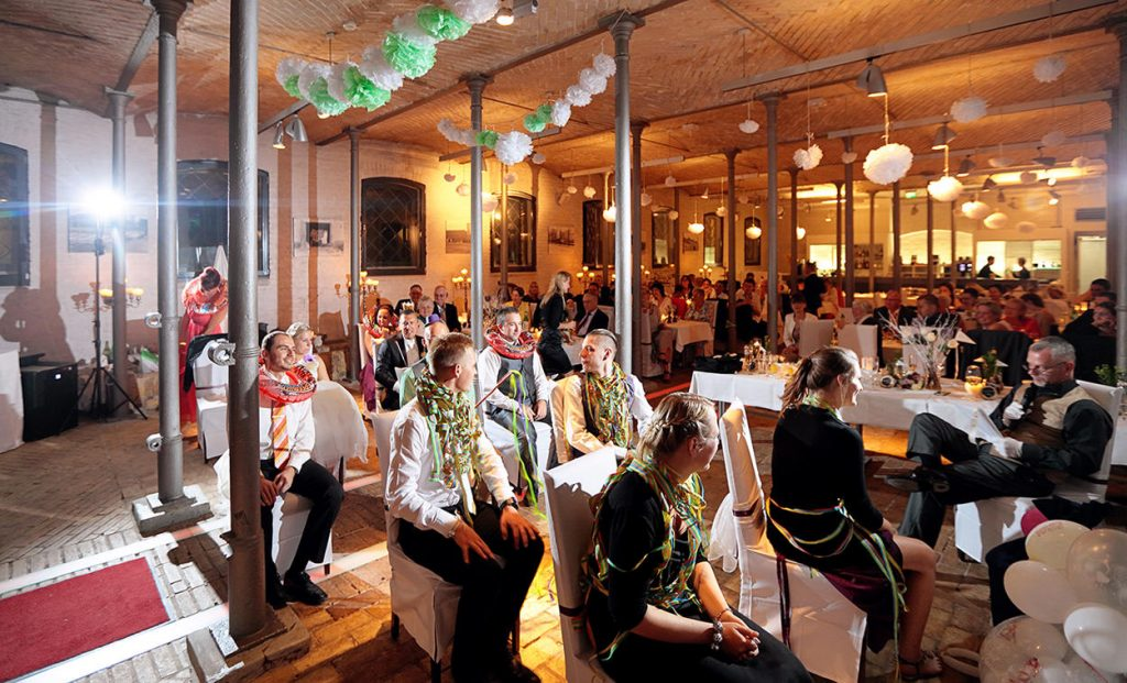 Hochzeitsfeier in Berlin Britzer Garten mit Schloss und Standesamt Neukölln