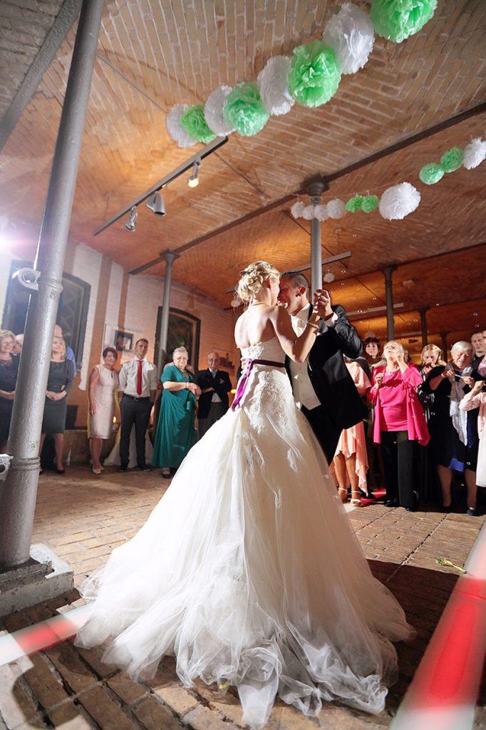 Rauschende Party nach Sonnenuntergang bei einer Hochzeit im Ochsenstall Britz