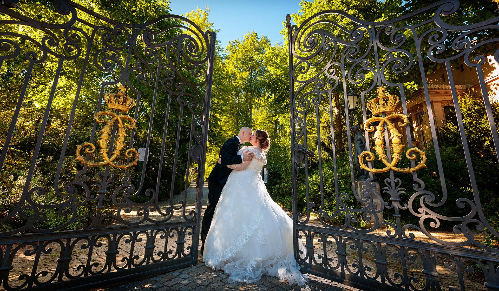 Hochzeitsfoto von Brautpaar im Park von Schloß Glienicke Berlin