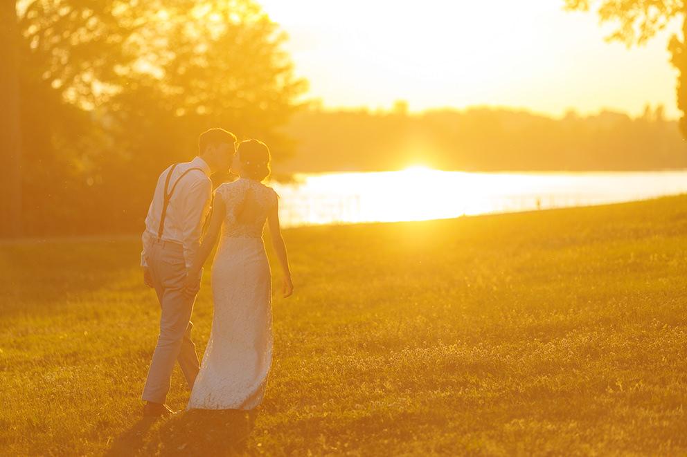 Romantisches Hochzeitsfoto im Sonnenuntergang über Berlin