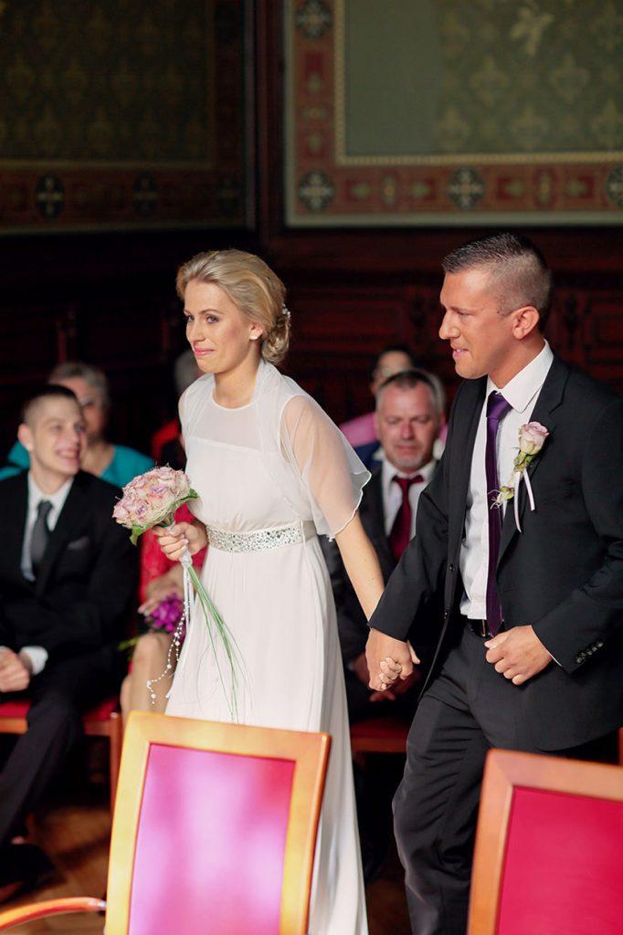Hochzeitsfotos in Berlin Standesamt Neukölln. Das Brautpaar betritt das Standesamt