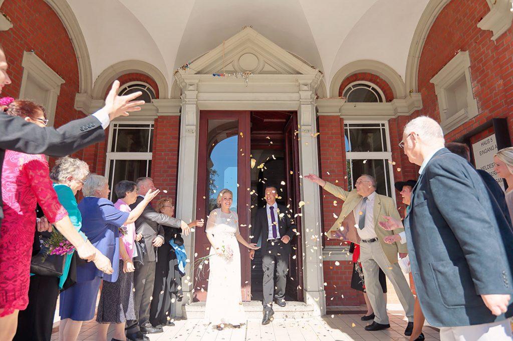 Gratulation des Brautpaares nach der Trauung im Standesamt Neukölln in der Blaschkowallee