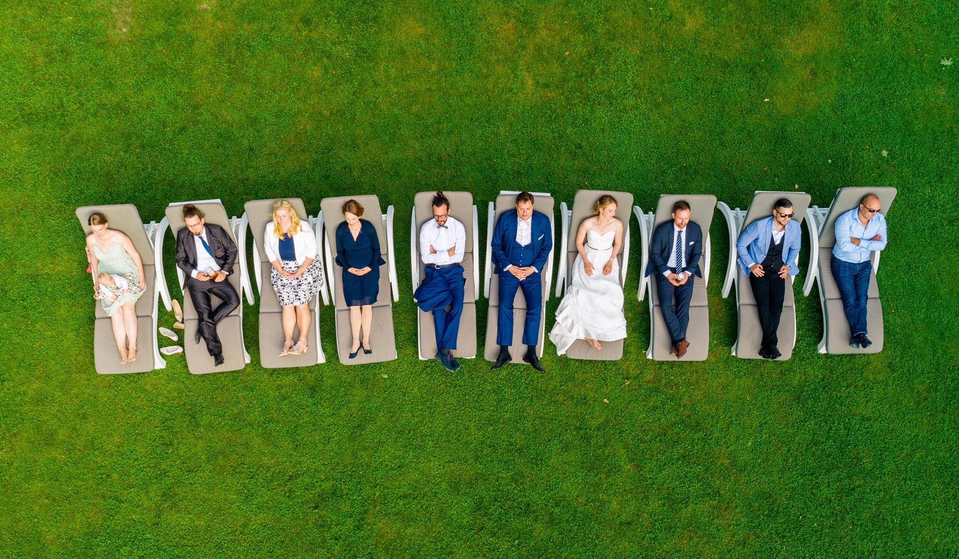 Hochzeitsgäste liegen auf Sonnenbänken in Berlin