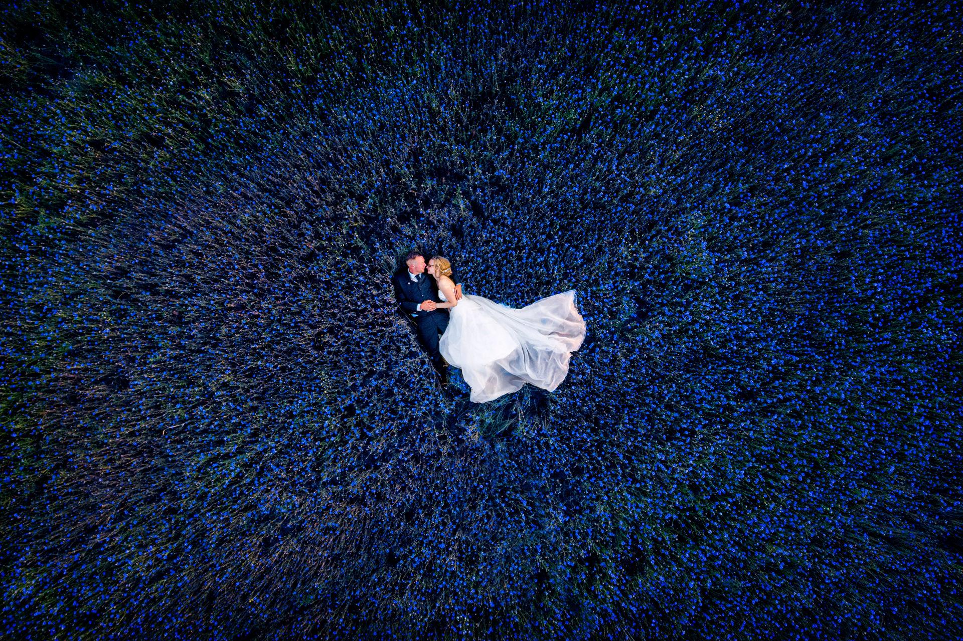 Drohnenbild mit einem Hochzeitspaar im Feld in Brandenburg