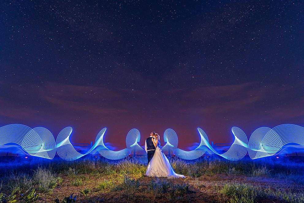 Hochzeitsfoto mit dem Brautpaar unterm Sternenhimmel