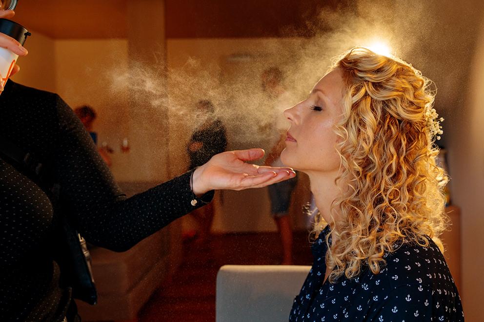 Beim Getting Ready der Braut erleuchtet Haarspray