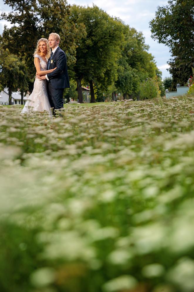 Brautpaar in grüner Wiese in Brandenburg