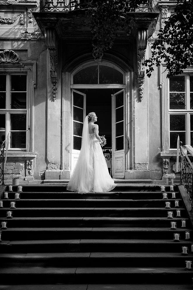 Porträt einer Braut auf der Treppe