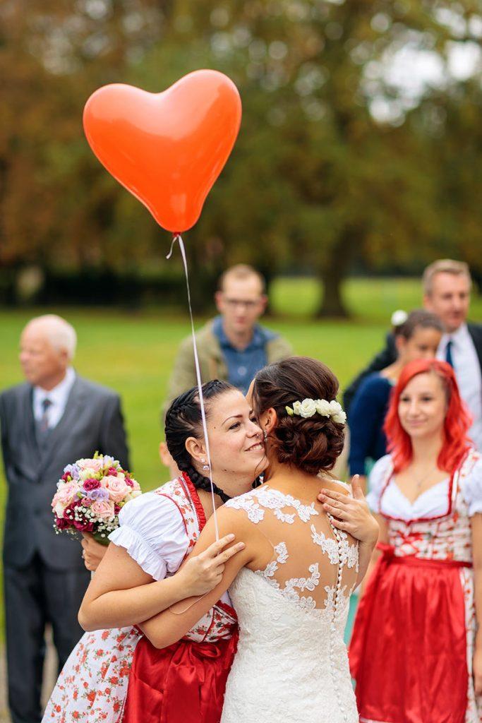 Beglückwünschung der Braut durch ihren Tanzverein