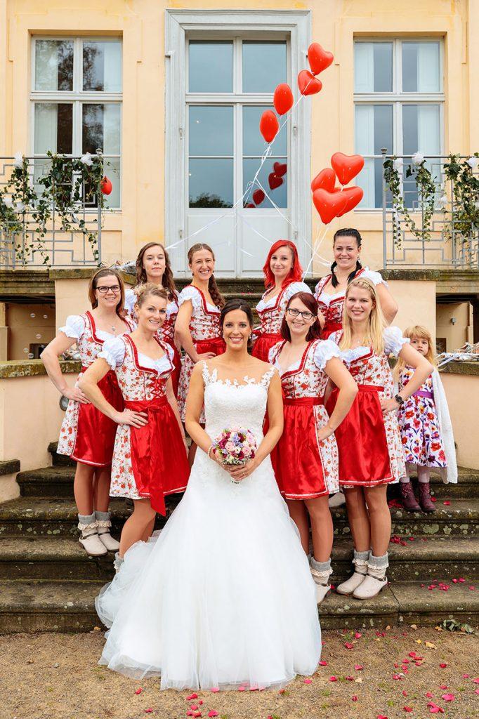 Die Braut und ihre Mädels vom Tanzverein vor dem Schloss Reckahn nach der standesamtlichen Trauung