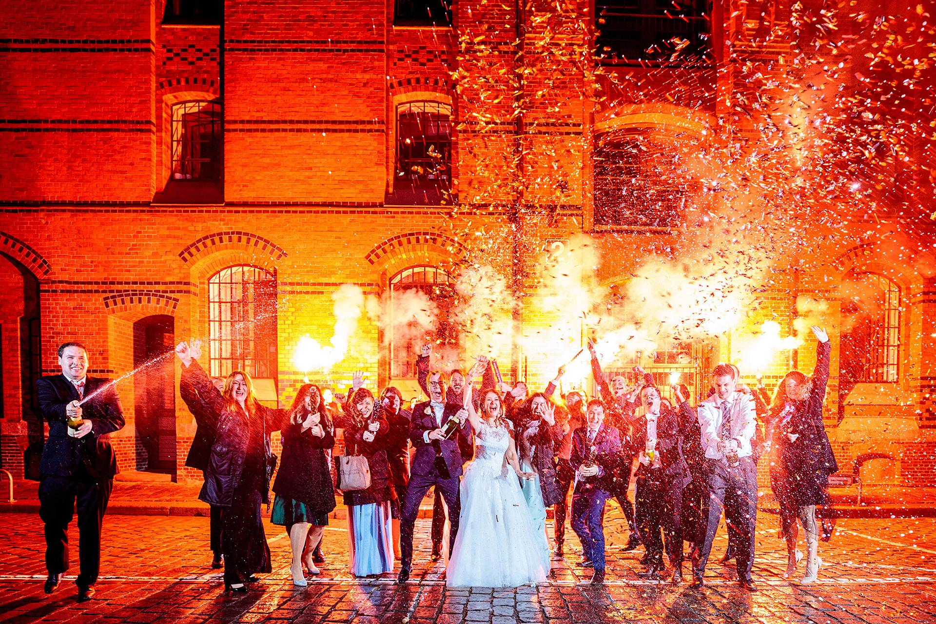 Hochzeitsfotograf Hamburg: Sektexplosion in der Speicherstadt