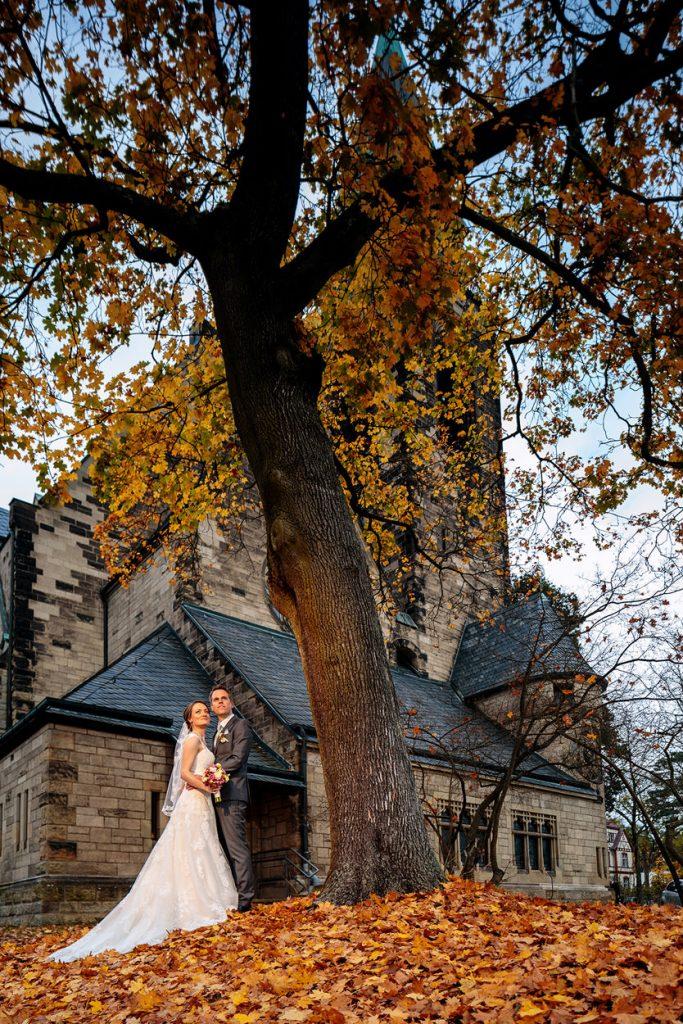 Brautpaar nach der kirchlichen Trauung im Herbst