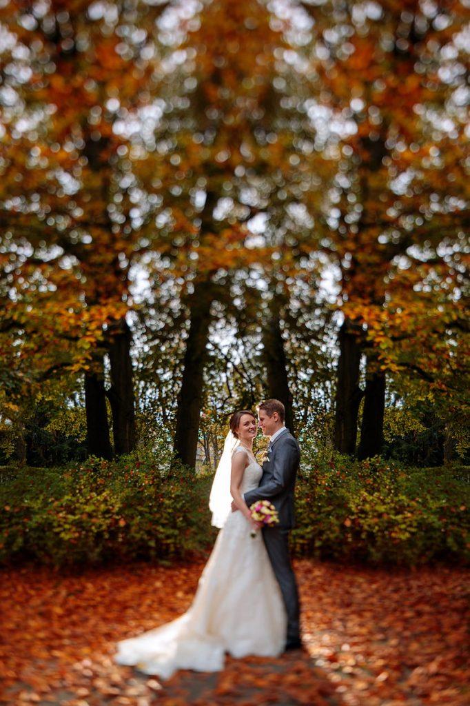 Ein Brautpaar umringt vom Herbst