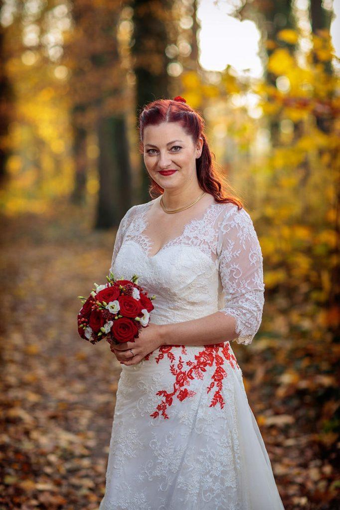Eine Braut im herbstlichen Wald bei Berlin