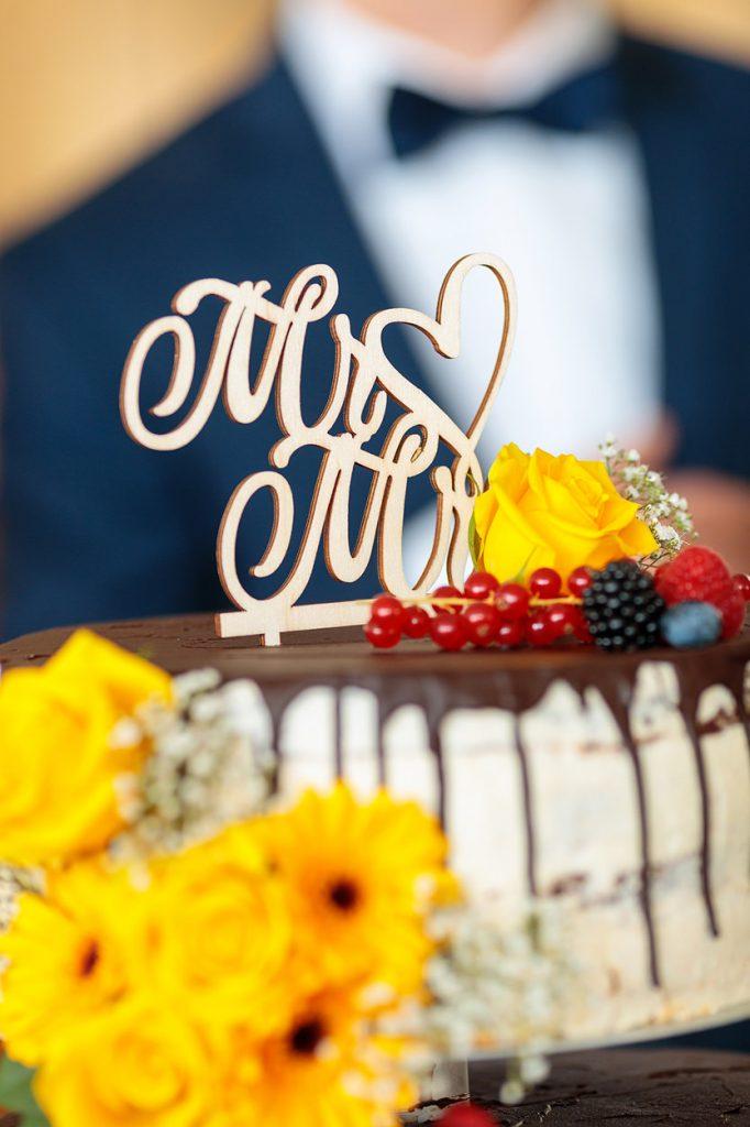 Eine mit Blumen verzierte Torte