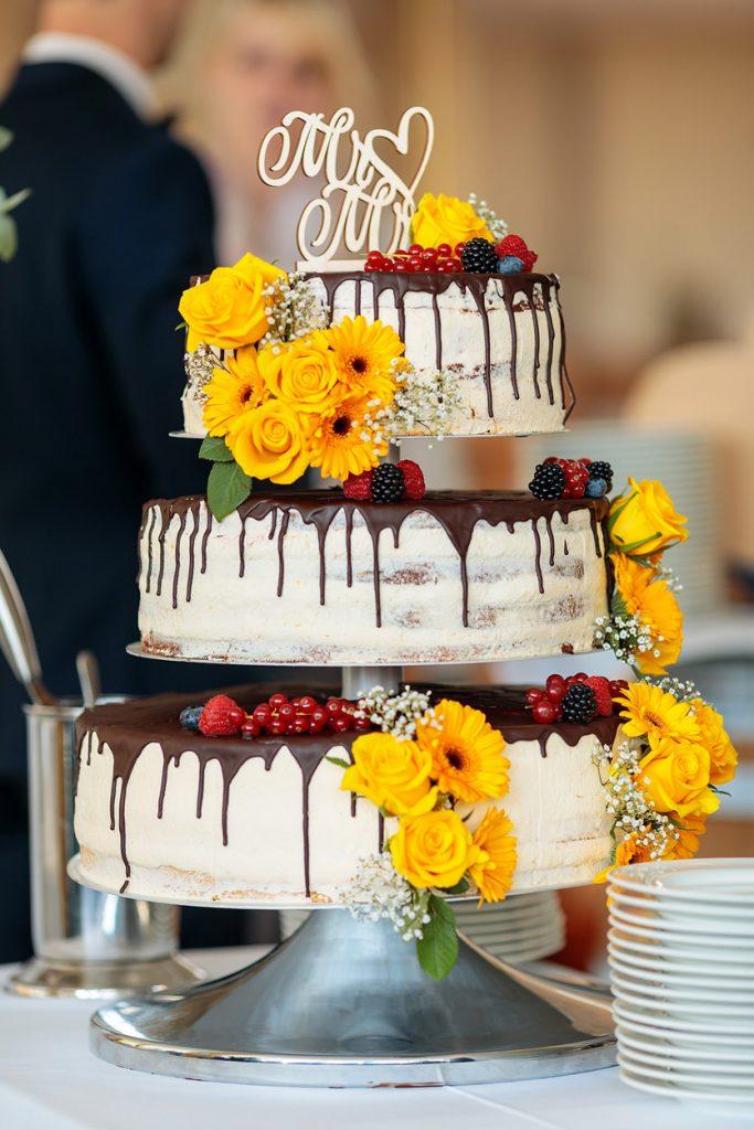 Eine mit Blumen verzierte Hochzeitstorte