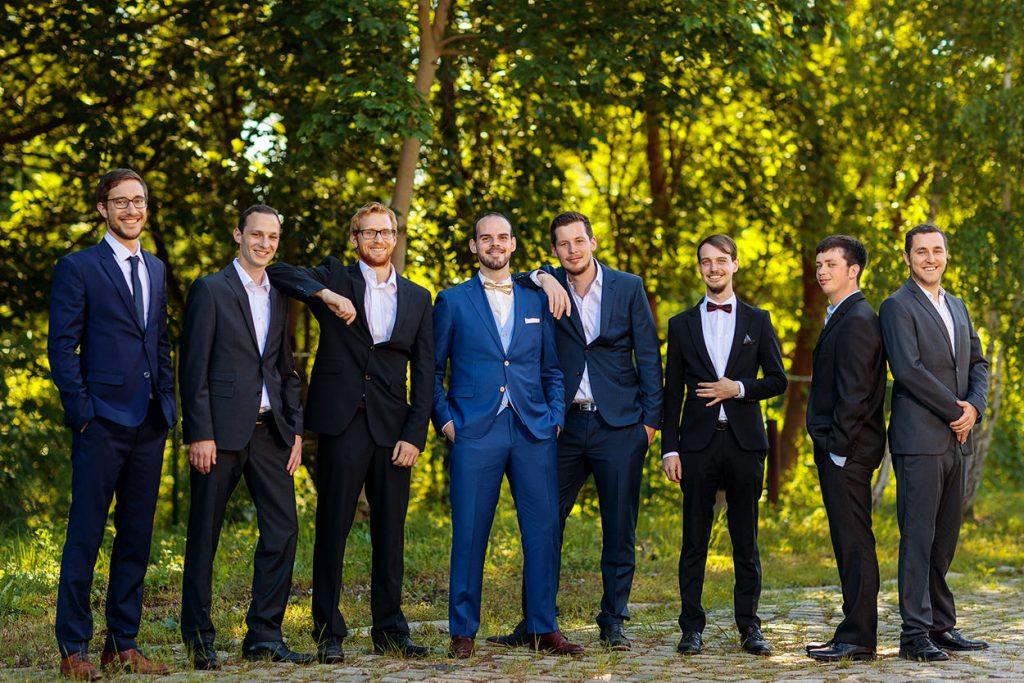 Die Hochzeitsgäste mit dem Bräutigam bei der Hochzeitsfeier im BlauArt Tagungshaus Potsdam