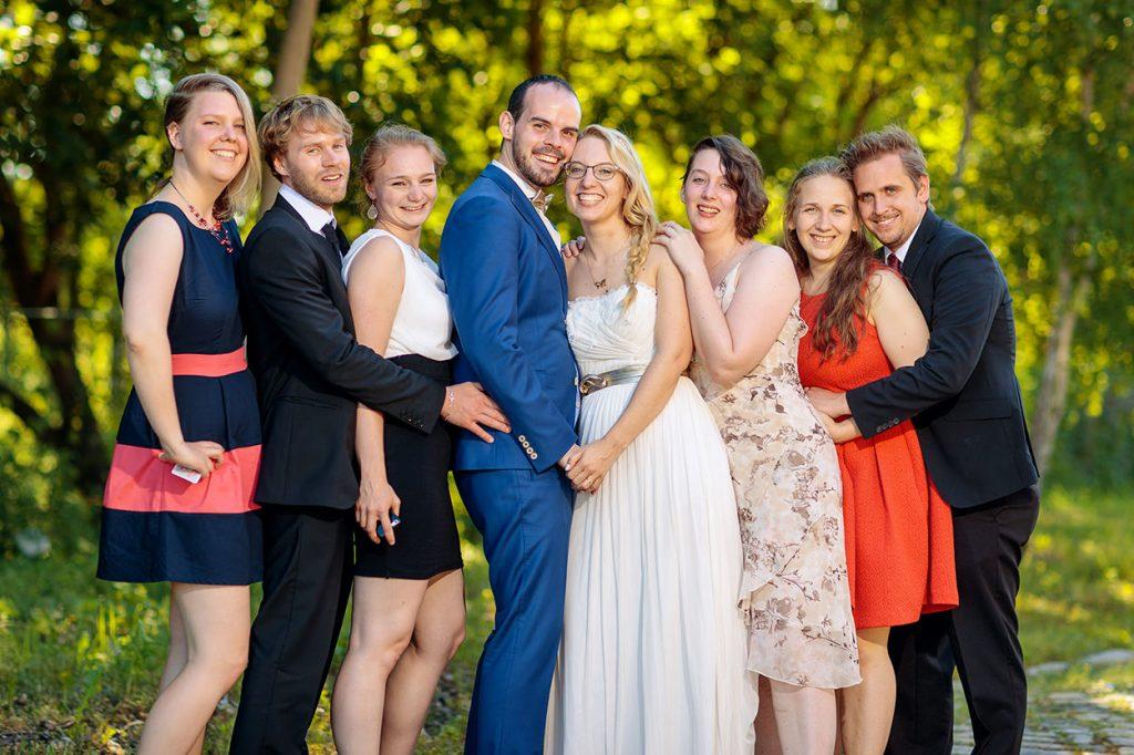 Die Hochzeitsgäste mit dem Brautpaar bei der Hochzeitsfeier im BlauArt Tagungshaus Potsdam