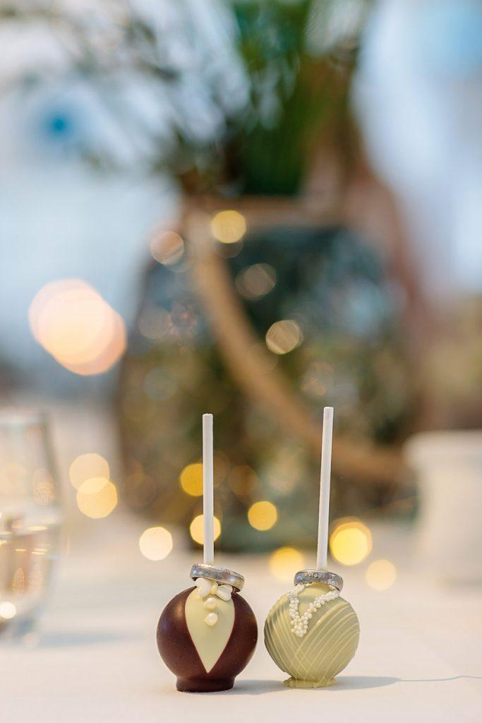Niedliche Cupcakes im Braut und Bräutigam Stil mit den Eheringen